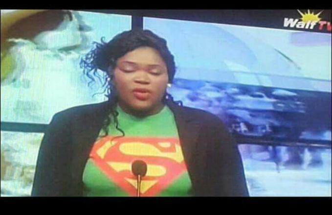 INSOLITE/ WALFADJRI : Ndeye Fatou Ndiaye présente le journal en tenue de Superman (People.sn)