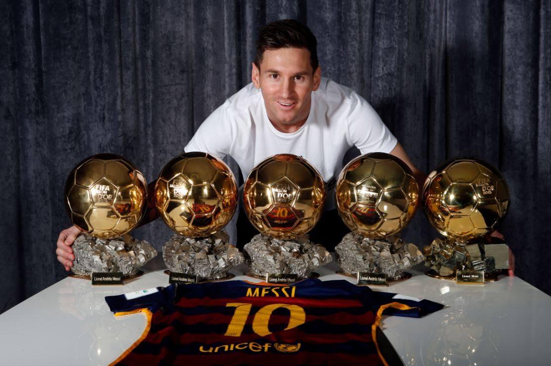 Quand Lionel Messi se prend en photo avec ses cinq ballons d'or