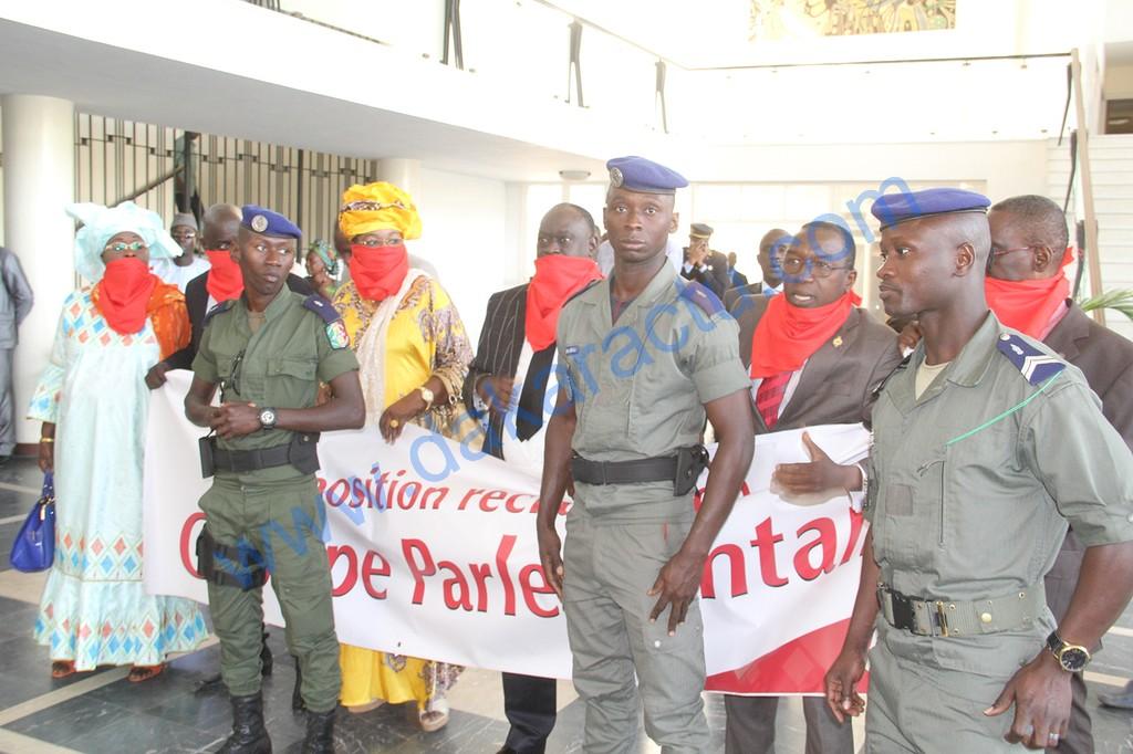 Questions d'actualité à l'Assemblée : Les députés de l'opposition entravent leurs bouches avec des brassards rouges