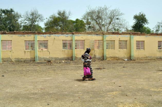 AFP/AFP/Archives - Une femme marche devant l'école de Chibok le 14 avril 2015