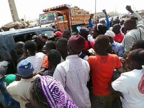 En route vers Porokhane, le cortège de Idrissa Seck arrêté à Kaolack par une foule en liesse (IMAGES)