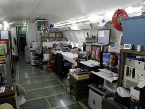 Il vit dans un Boeing 727