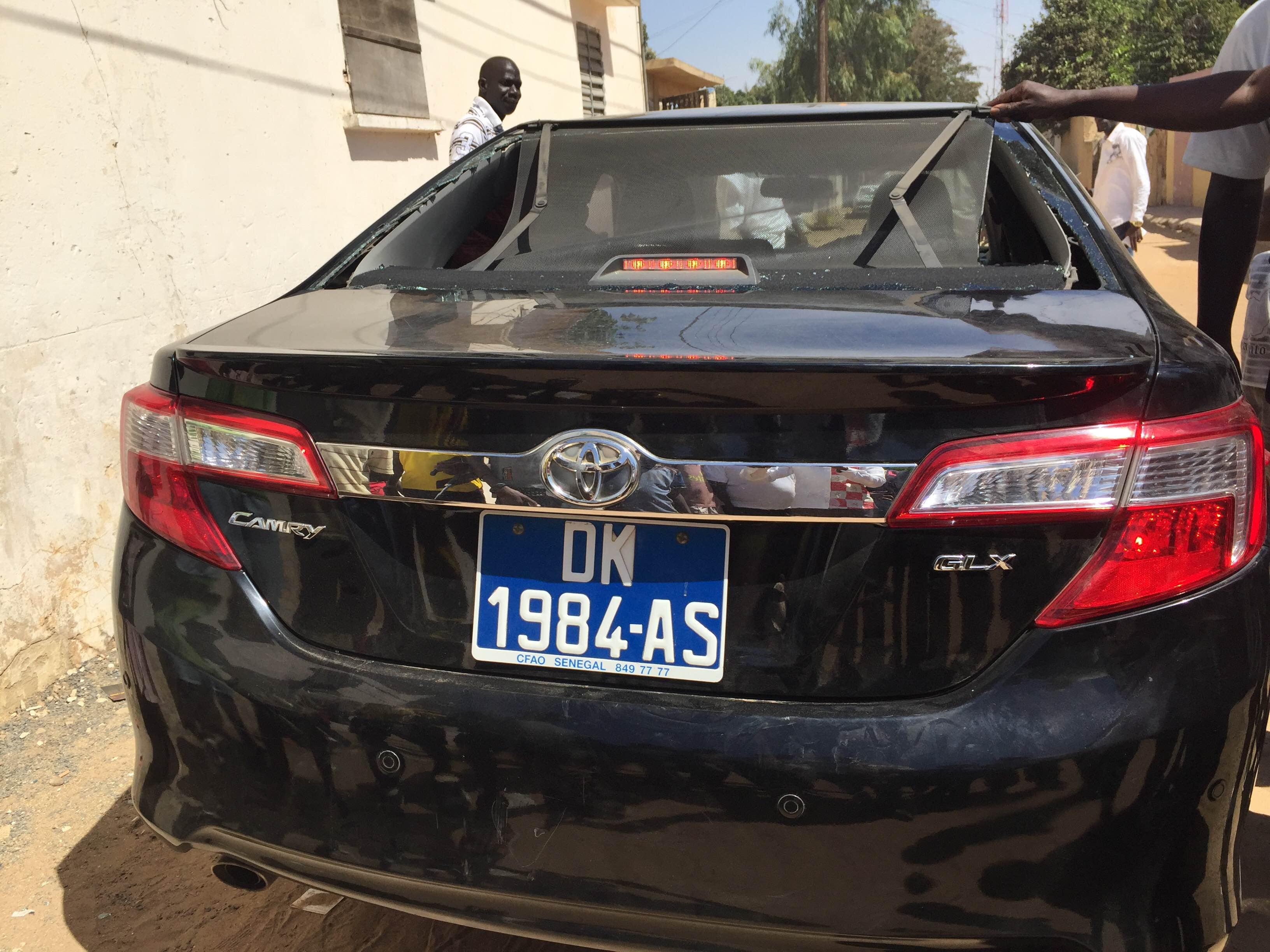 THIÈS : La voiture d'Abdou M'bow caillassée par des partisans du maire de Thiès-Est