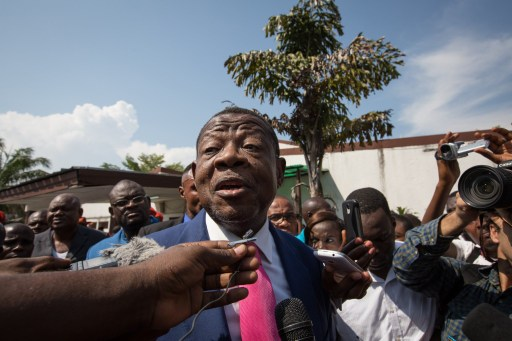Lambert Mende (centre), ministre de la Communication et porte-parole du gouvernement congolais s'adressant à des journalistes en avril 2015. Photo AFP