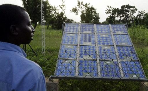 Le recours au solaire pourrait aider les pays d'Afrique à résorber leur déficit énergétique. Photo AFP