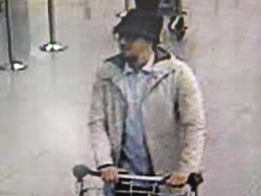 Attentats de Bruxelles : l'homme au chapeau aurait été identifié