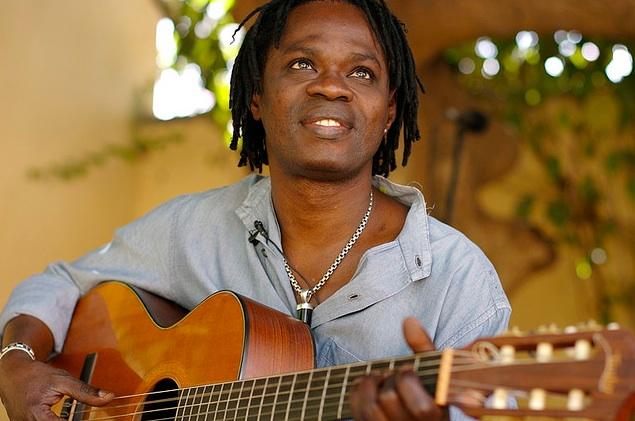 Dédicace du livre de Oumar Demba Ba « Baba Maal, le message en chantant » : Ou l'itinéraire artistique d'un fils de muezzin devenu muse