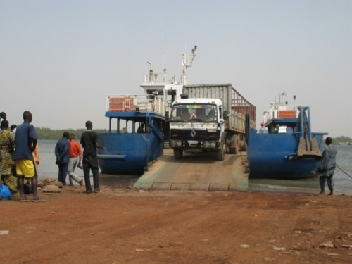Transgambienne : Qualifiant le ferry de « corbillard flottant », Les routiers  déterminés à poursuivre le contournement