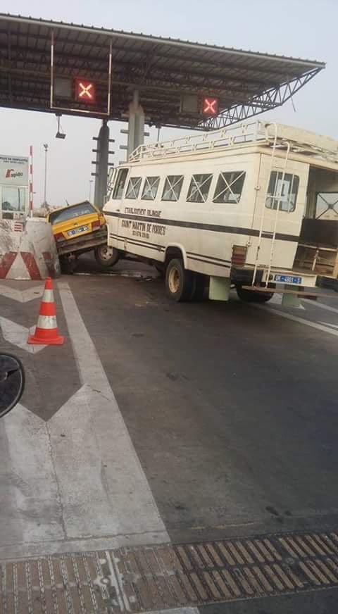 Accident au poste de péage entre un car et un taxi