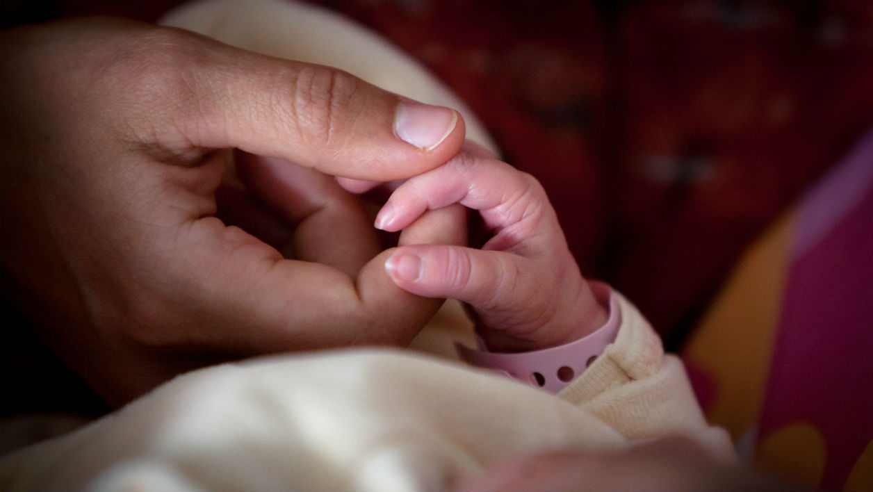 Un bébé d'un an développe des organes sexuels d'un homme adulte