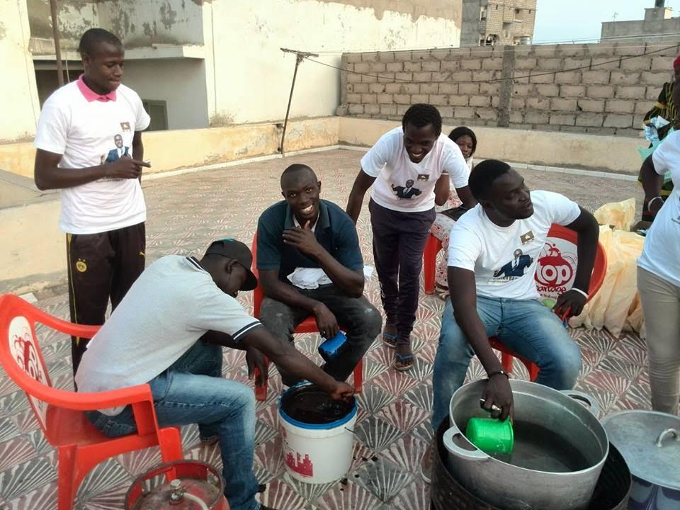 """Cheikh Bakhoum, le DG de l'ADIE et des jeunes de Grand-Yoff distribuent des """"ndogous"""" aux populations"""