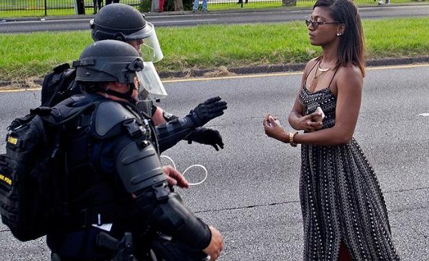 Elle s'appelle Leshia Evans, infirmière de 35 ans. Avec cette image prise hier lors d'une manifestation réprimée par la police à Bâton Rouge (USA), elle a fait un impact phénoménal