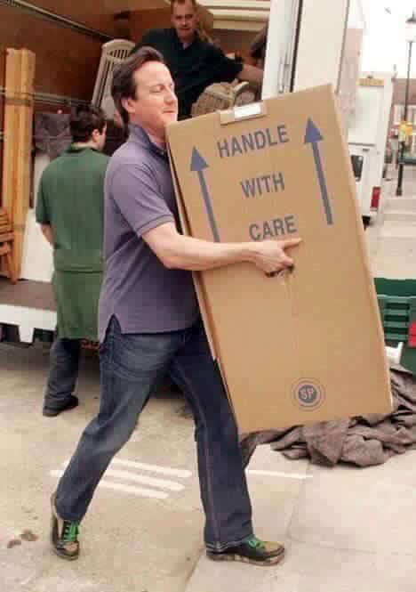 """Leçon d'humilité du PM Britannique Cameron qui aide les déménageurs. Nos """"kilifas"""" devraient s'en inspirer..."""
