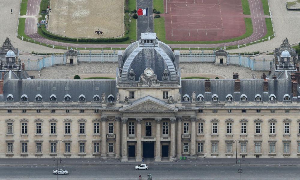 Un homme sème la panique devant l'Ecole militaire à Paris