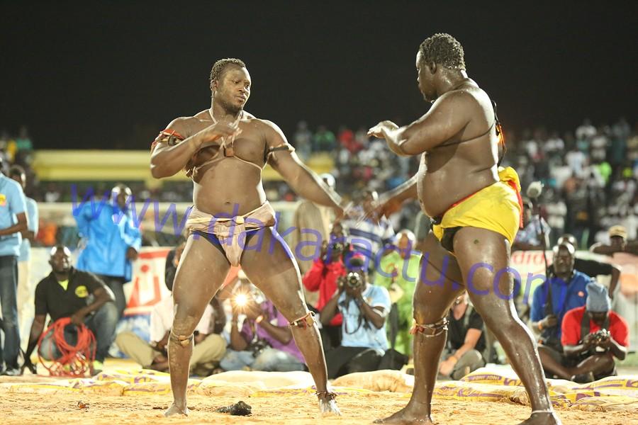 Les images du combat de Modou Lô contre Gris Bordeaux au stade Demba Diop