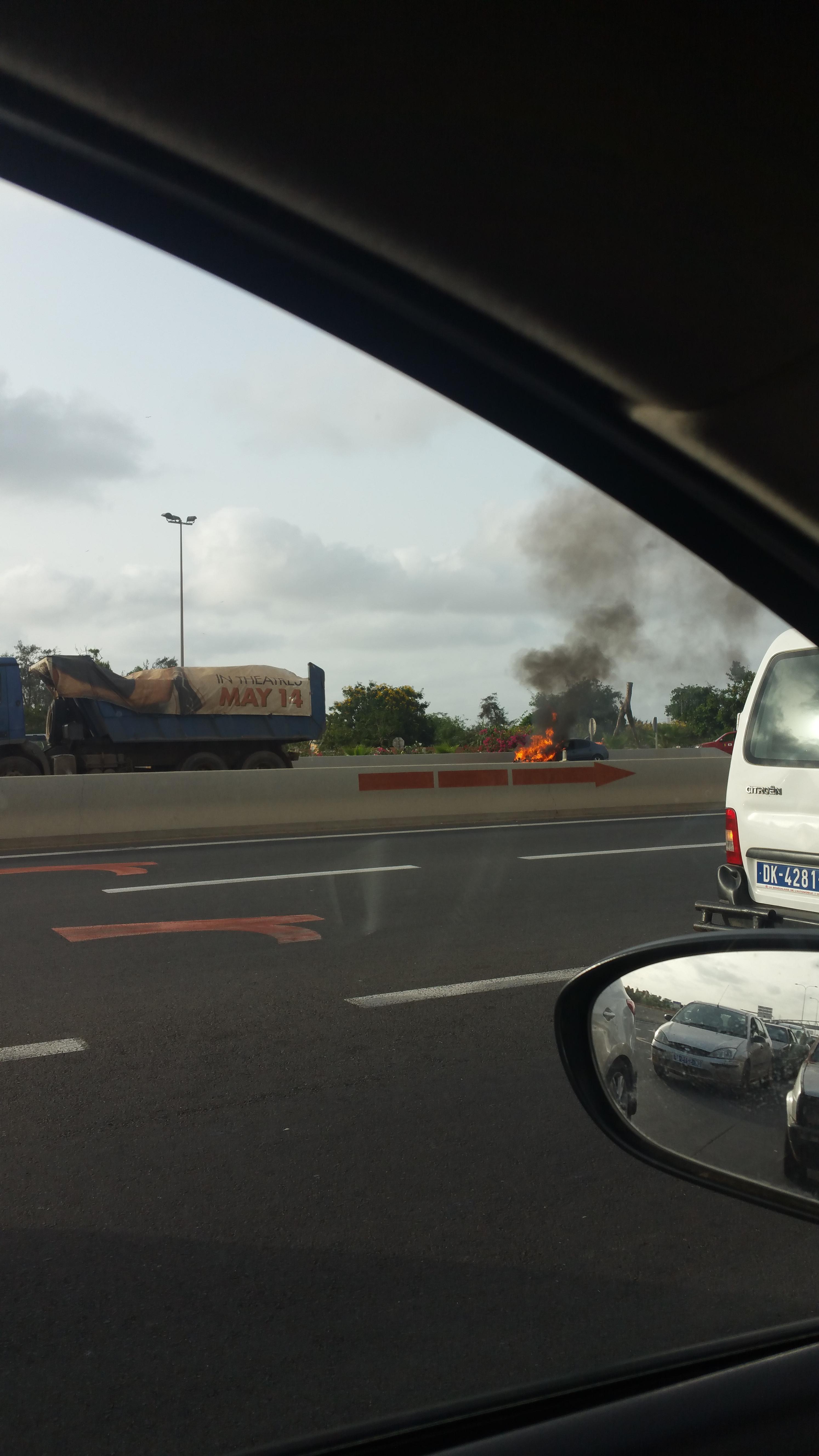 Autoroute à Péage : Une voiture prend feu