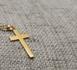 Un jeune homme se fait arracher sa croix et frapper en France