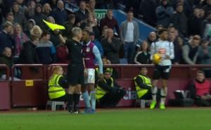 Un coup de boule à l'arbitre et une rouge directe pour ce joueur d'Aston Villa