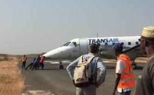 INSOLITE / KOLDA : Un avion de Transair poussé par les agents de l'aérodrome