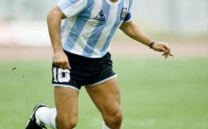 "Diego Armando Maradona, le "" Pibe de Oro "" devenu le dieu du football."