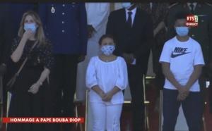 Obsèques nationales de Pape Bouba Diop : Sa veuve Marie Aude et leurs enfants Aron et Awa aux côtés du président Macky Sall.