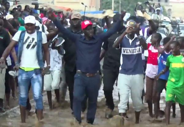 Campagne législatives 2017 : Incroyable, Malick Gakou de Mankoo Taxawu Sénégal marche dans des eaux stagnantes aux Parcelles Assainies.
