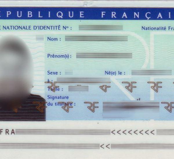 Un candidat exhibe la copie de la carte d'identité française de Karim Wade.